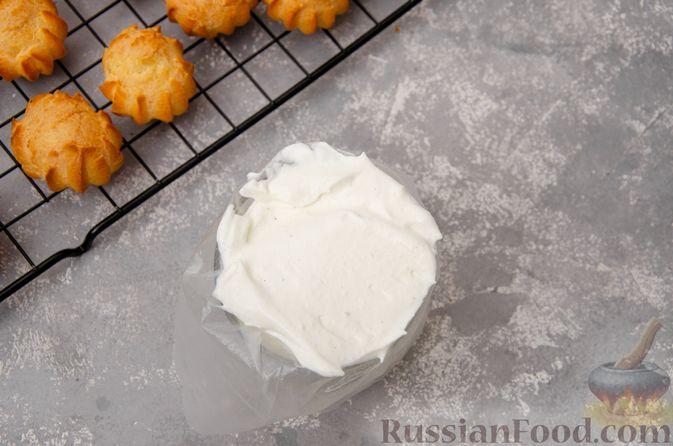 Фото приготовления рецепта: Профитроли со сливочным кремом и шоколадной глазурью - шаг №16