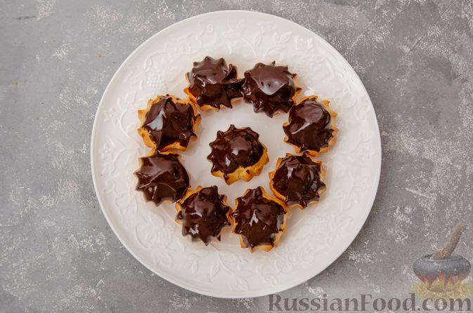 Фото приготовления рецепта: Профитроли со сливочным кремом и шоколадной глазурью - шаг №21