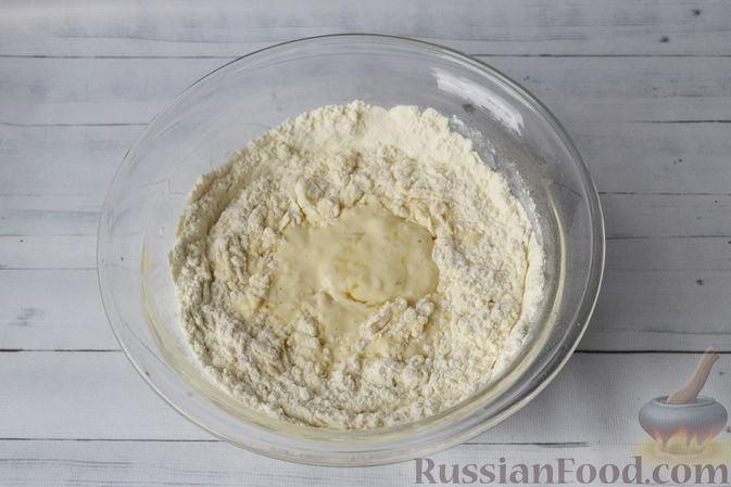 Фото приготовления рецепта: Дрожжевые пирожки-плетёнки на молоке, с мясным фаршем - шаг №4