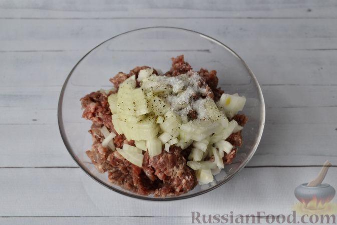 Фото приготовления рецепта: Дрожжевые пирожки-плетёнки на молоке, с мясным фаршем - шаг №8