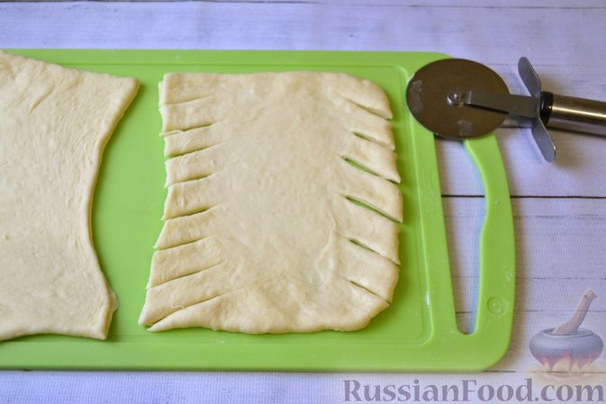 Фото приготовления рецепта: Дрожжевые пирожки-плетёнки на молоке, с мясным фаршем - шаг №10