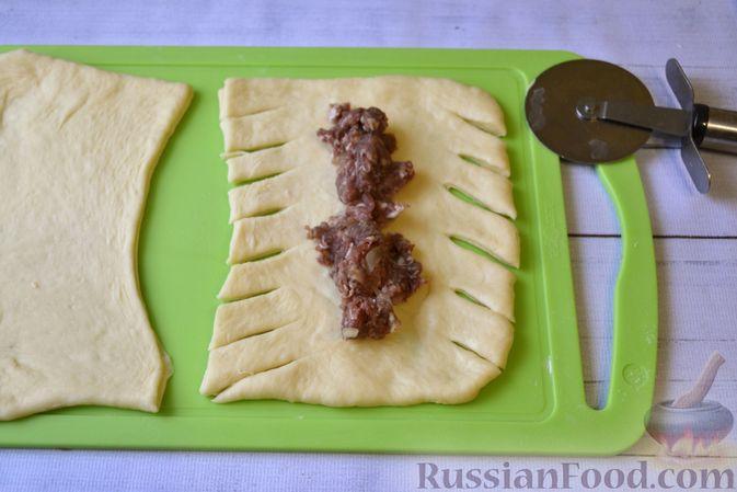 Фото приготовления рецепта: Дрожжевые пирожки-плетёнки на молоке, с мясным фаршем - шаг №11