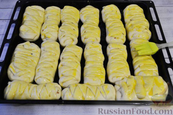 Фото приготовления рецепта: Дрожжевые пирожки-плетёнки на молоке, с мясным фаршем - шаг №17