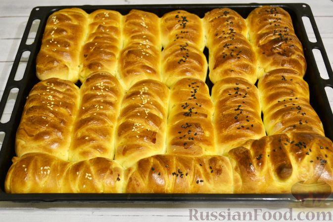 Фото приготовления рецепта: Дрожжевые пирожки-плетёнки на молоке, с мясным фаршем - шаг №19