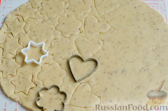 Фото приготовления рецепта: Песочное печенье с орехами - шаг №13