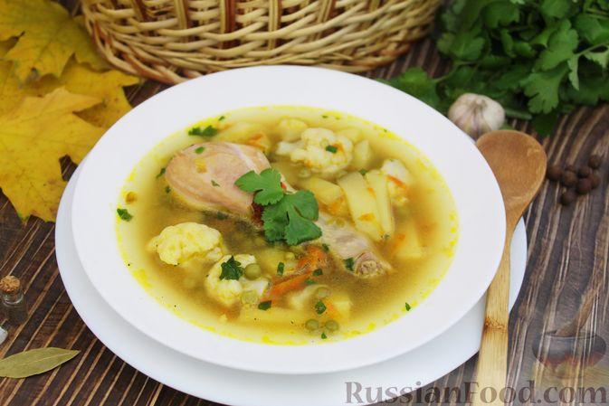 Фото к рецепту: Куриный суп с цветной капустой и консервированным горошком