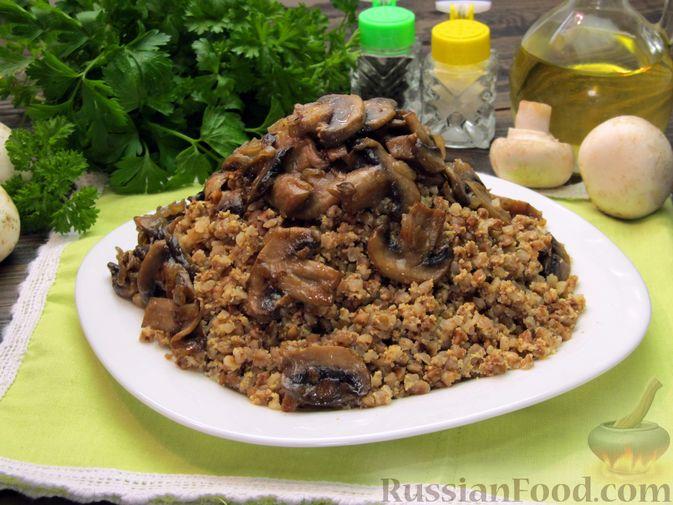 Фото к рецепту: Гречка со сметаной, яйцами и грибами