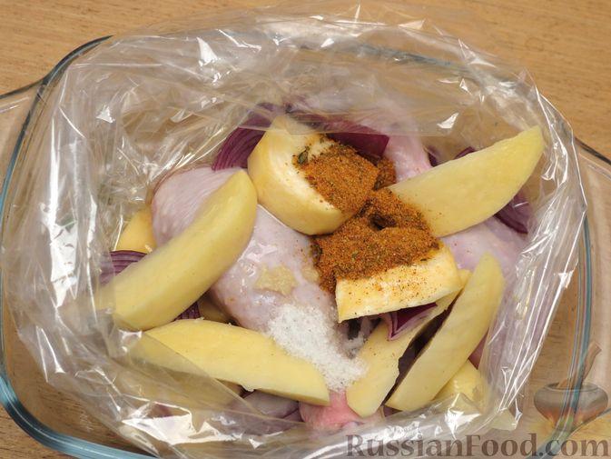 Фото приготовления рецепта: Картофель, запечённый с курицей и репой (в рукаве) - шаг №4