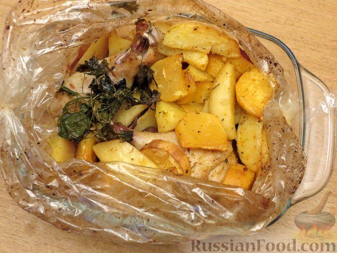 Фото приготовления рецепта: Картофель, запечённый с курицей и репой (в рукаве) - шаг №6