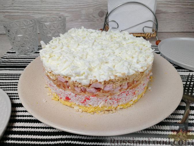Фото к рецепту: Слоёный салат с крабовыми палочками, ветчиной, плавленым сыром и яблоком