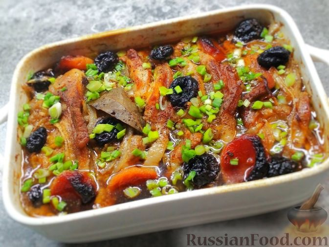 Фото к рецепту: Свинина в пиве с черносливом и курагой
