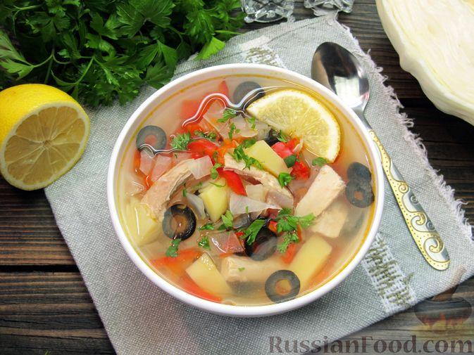 Фото к рецепту: Куриный суп с капустой, сладким перцем и маслинами