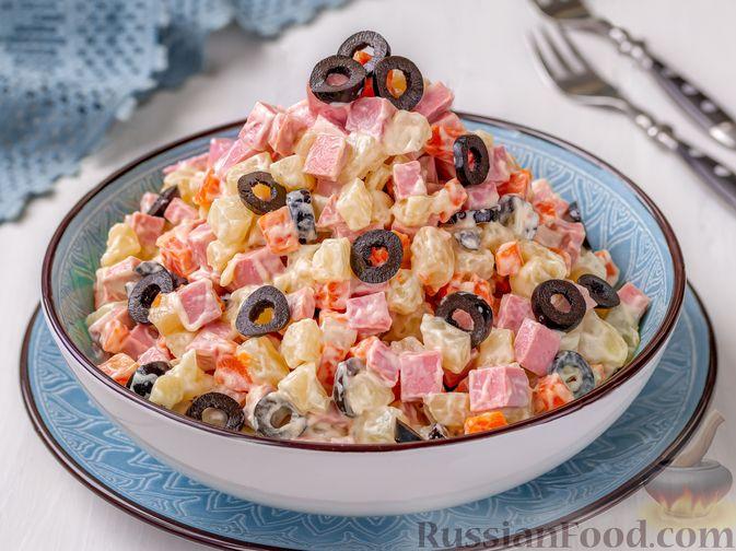 Фото к рецепту: Салат с колбасой, картофелем, морковью и маслинами