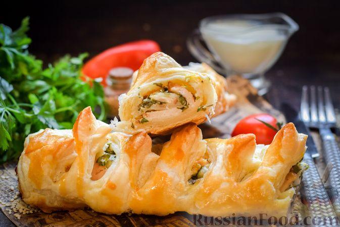 Фото к рецепту: Слойка с ветчиной, сметаной и зеленью петрушки