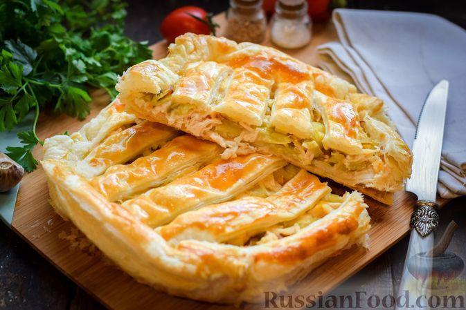 Фото к рецепту: Закрытый слоёный пирог с курицей и луком-пореем