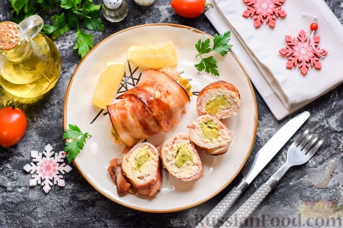 Фото к рецепту: Куриные рулеты с авокадо в беконе