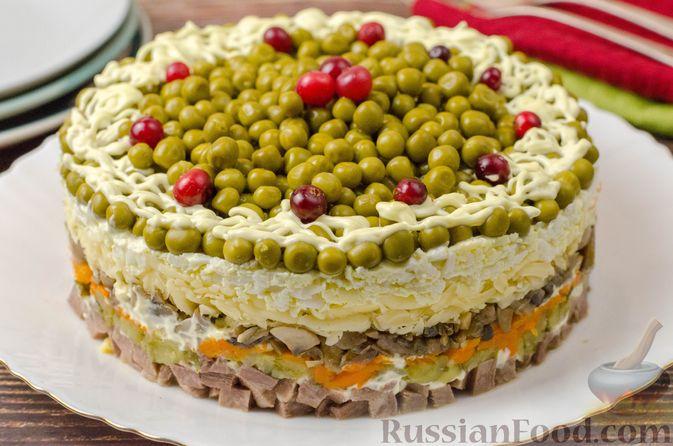 Фото к рецепту: Слоёный салат с языком, шампиньонами, маринованными огурцами, морковью и сыром