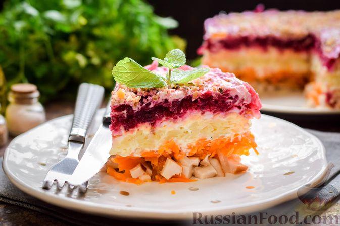 Фото к рецепту: Слоёный салат с копчёной курицей, картофелем, морковью, свёклой и черносливом