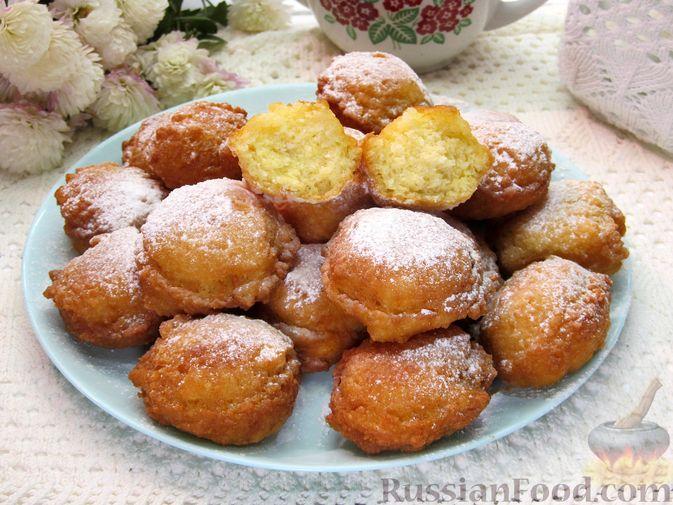 Фото к рецепту: Творожные пончики с кокосовой стружкой