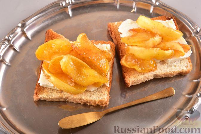 Фото к рецепту: Тосты со сливочным сыром и карамелизированными яблоками
