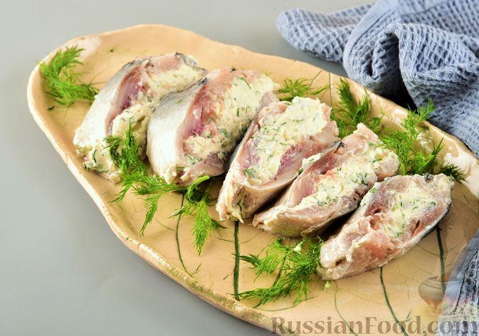 Фото к рецепту: Рулет из сельди с плавленым сыром и зеленью