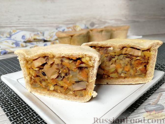 Фото к рецепту: Закрытые песочные мини-пироги с грибами и фасолью
