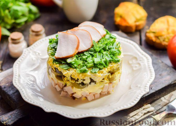 Фото к рецепту: Слоёный салат с копчёной курицей, маринованными шампиньонами и огурцами