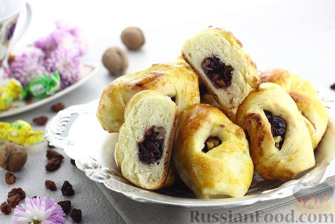 Фото к рецепту: Булочки с вишнёвым вареньем, изюмом и орехами