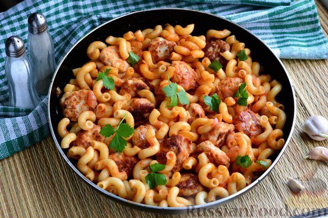 Фото к рецепту: Макароны с куриными фрикадельками и томатным соусом