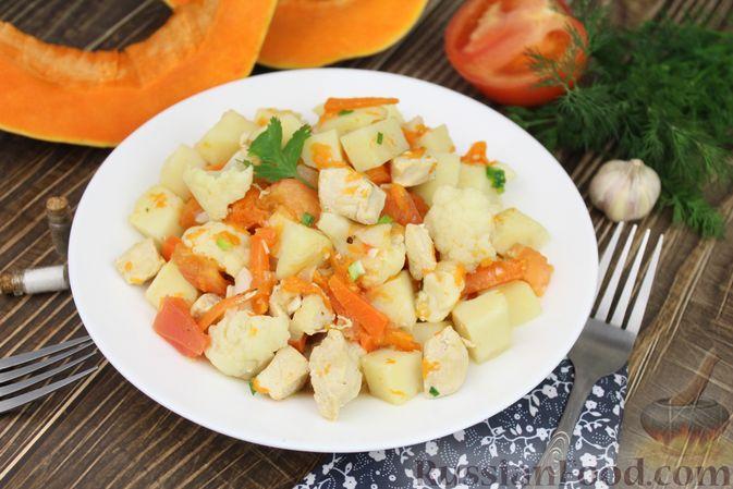 Фото приготовления рецепта: Слоёный салат со свёклой, кукурузой, колбасой и маринованными огурцами - шаг №13