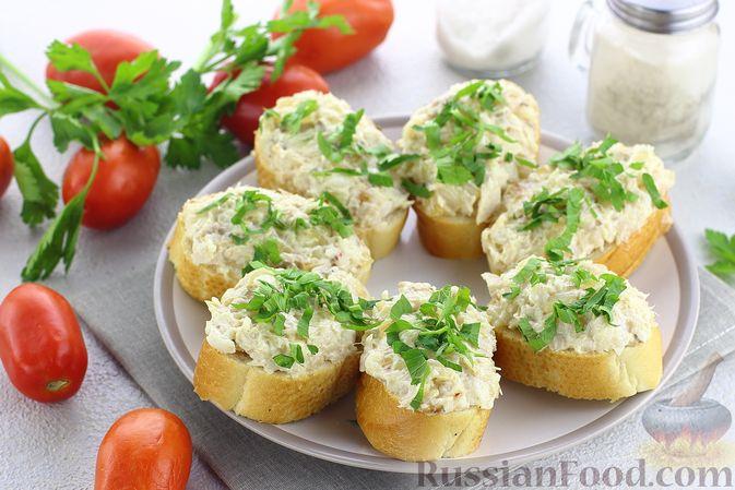Фото к рецепту: Бутерброды с намазкой из минтая и жареного лука