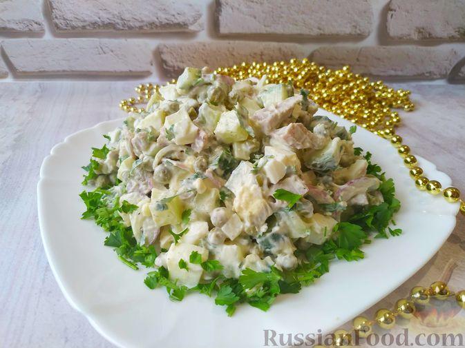 Фото к рецепту: Салат с языком, огурцом и зелёным горошком