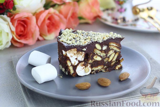 Фото к рецепту: Шоколадный торт с маршмеллоу, печеньем и орехами (без выпечки)