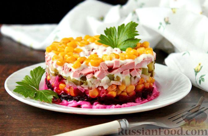 Фото к рецепту: Слоёный салат со свёклой, кукурузой, колбасой и маринованными огурцами