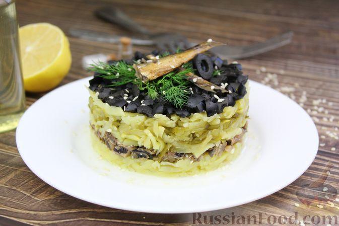 Фото к рецепту: Слоёный салат со шпротами, картофелем,  солёными огурцами и маслинами