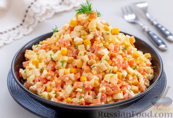 Фото к рецепту: Салат с морковью, яблоком, кукурузой и яйцами
