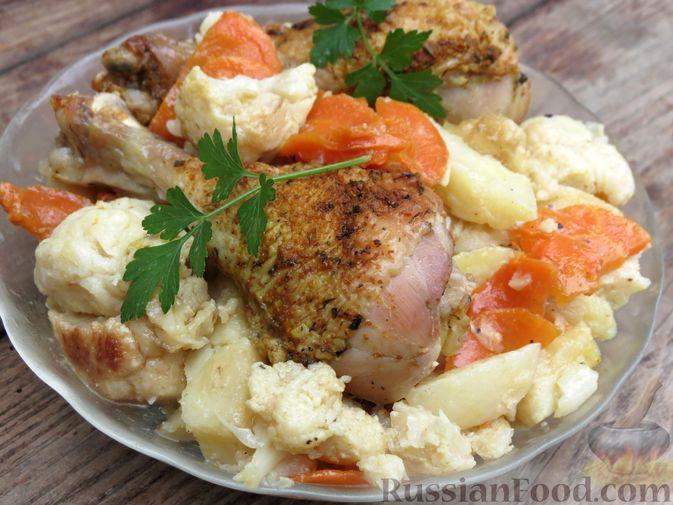 Фото к рецепту: Куриные голени, запечённые с картофелем и цветной капустой (в рукаве)