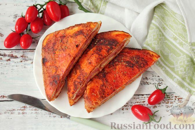 Фото к рецепту: Сэндвичи с колбасой, сыром и томатной пастой, на сковороде