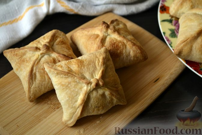 Фото к рецепту: Слойки-конвертики с чечевицей, морковью и курагой