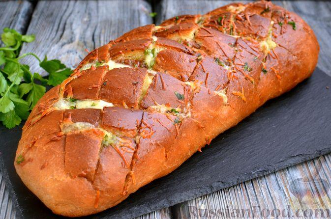 Фото к рецепту: Домашний хлеб, запечённый с пряным маслом, сыром и зеленью