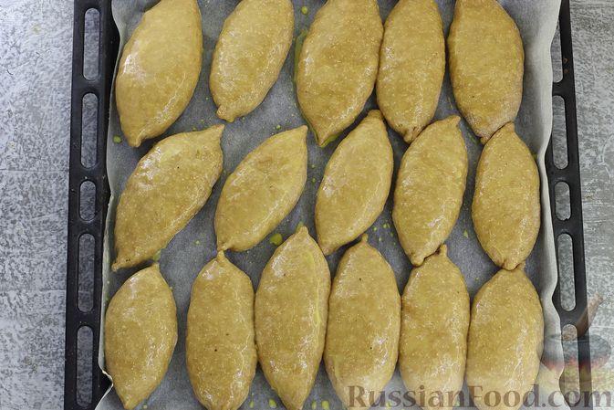 Фото приготовления рецепта: Пшенично-гречневые пирожки с зелёным луком и яйцами (в духовке) - шаг №15
