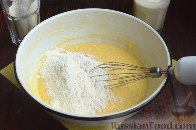 Фото приготовления рецепта: Лимонный кекс с сиропом - шаг №6