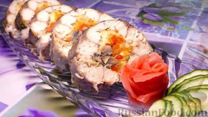 Фото к рецепту: Рулет из скумбрии с овощами, грибами и сыром