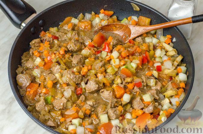 Фото приготовления рецепта: Говядина, тушенная с овощами и фасолью - шаг №7