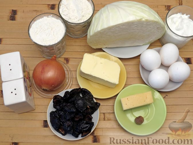 Фото приготовления рецепта: Киш с капустой, черносливом и яично-сметанной заливкой с сыром - шаг №1