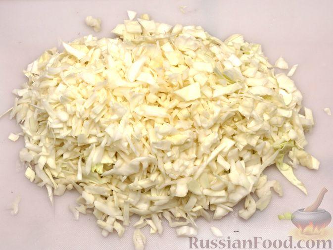 Фото приготовления рецепта: Киш с капустой, черносливом и яично-сметанной заливкой с сыром - шаг №8