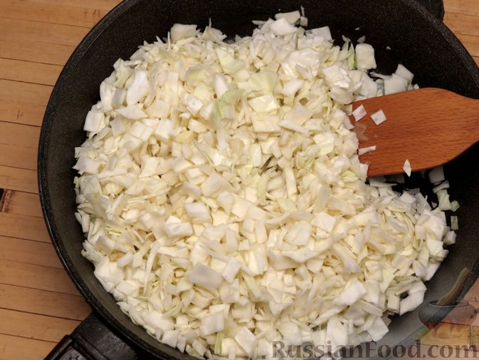 Фото приготовления рецепта: Киш с капустой, черносливом и яично-сметанной заливкой с сыром - шаг №10