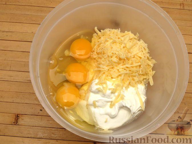 Фото приготовления рецепта: Киш с капустой, черносливом и яично-сметанной заливкой с сыром - шаг №13