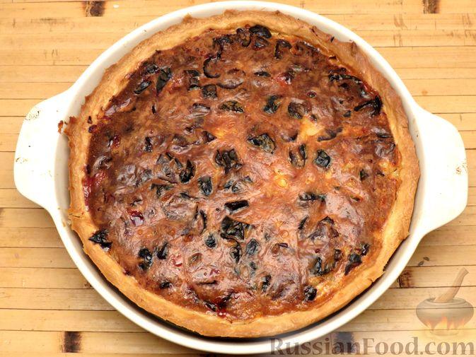 Фото приготовления рецепта: Киш с капустой, черносливом и яично-сметанной заливкой с сыром - шаг №18