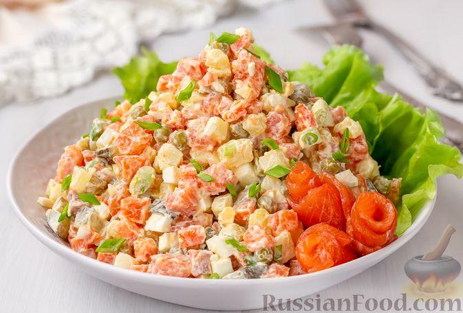 """Фото к рецепту: Салат """"Оливье"""" с красной рыбой"""